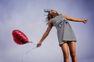 Giovane ragazza che salta
