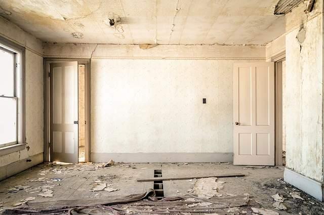 Stanza rovinata da ristrutturare